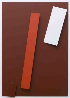 Tom Benson. Oxide 1 (red), 2017. Pintura, componentes de aluminio, pins, panel de aluminio, 50 x 35 x 2 cm. Cortesía de Caicoya