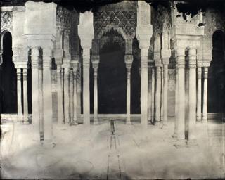 El Patio de los Leones, 2016. Tintype (wet collodion on aluminum plate), 40 x 50 cm. © Sergio Vega. Courtesy Galerie Karsten Greve.