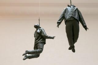 Juan Muñoz, Hanging Figures, 1997. Resina, soga y motor. 160 x 70 x 50 cm (cada figura aprox.) Cada figura pesa 20 Kg aprox. Juan Muñoz Estate — Cortesía del Museo de Bellas Artes de Bilbao