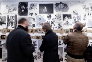 Visitantes frente al stand de Pitt Studio (Reino Unido) con obra de Tony Squance y John Robinson, diseñada específicamente para Drawing Room ©Jesús Varillas. Cortesía Drawing Room