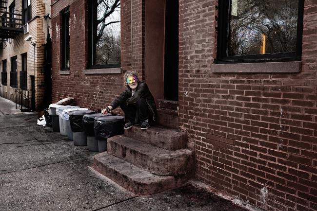Jorge Represa, Homeless, East Village, Nueva York, 2016. Impresión Glicée a base de tintas pigmentadas sobre papel mate Fine Art. Archivo digital, 95x142 cm. — Cortesía del Museo Esteban Vicente