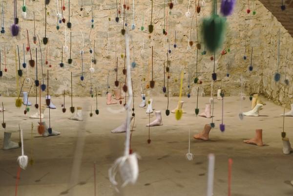 Lluvia de cardos. Medidas variables según espacio. 1000 cardos, 64 pies de hormigón y escaiola