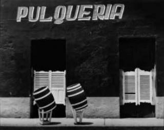 Manuel Carrillo, Barriles borrachos-Pulquería. Toluca, 1970. ©Manuel Carrillo. Cortesía University of Texas at El Paso