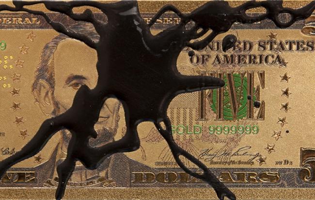 Avelino Sala. Detalle de reproducción de billete de 5 dólares de oro de 24 K manchado de resina de poliester — Cortesía de Piramidón Centre d'Art Contemporani