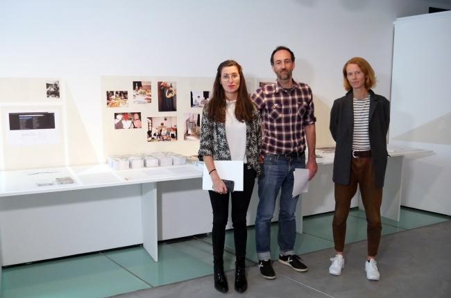La directora de Es Baluard, Imma Prieto, y los co-organizadores de Platform HARAKAT Pau Cata y Balbina Sardà — Cortesía de Es Baluard Museu d'Art Modern i Contemporani de Palma
