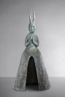Leiko Ikemura, Usagi Kannon, 2012/2019, Patinated bronze — Cortesía de Kewenig