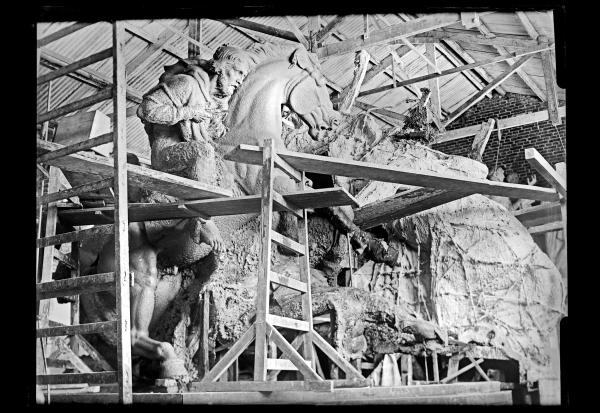 """Elaboración de la arcilla del diseño definitivo del monumento \""""El Entrevero\"""". Ubicado en la Plaza Ingeniero Juan P. Fabini en Montevideo, fue inaugurado en el año 1967. (Foto: JB010 - Autor: S.d.)."""