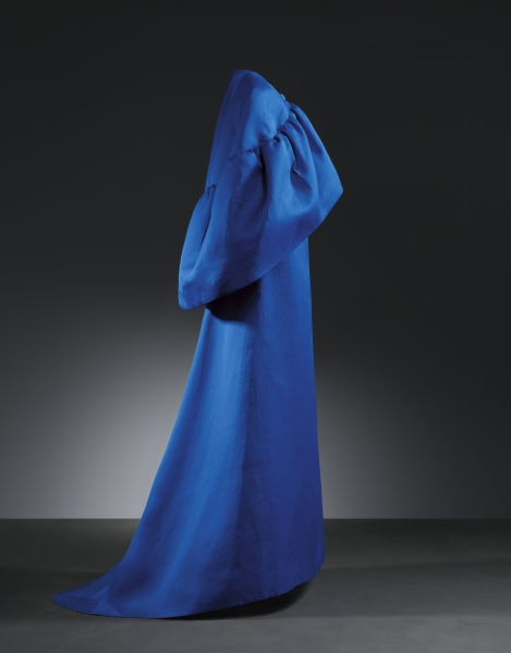 Vestido de noche en gazar de seda azul añil. Año 1965. Museo Cristóbal Balenciaga