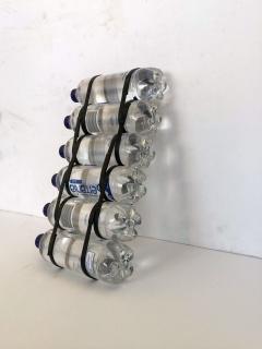 Iñaki Chávarri . Foto. Nosotros (agua, PET) II. Botellas de agua y caucho. 65x30x10 cm. — Cortesía de Espacio Olvera