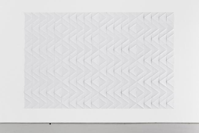 Ignacio Uriarte, Zig-zag Echoes, 2017, paper installation, dimension variable, 263×420 cm — Cortesía del Museo ABC