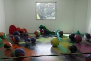 Katharina Grosse. Atoms Outside Eggs. Fotografía de Rita Burmester © Museu Serralves – Cortesía del Museu de Arte Contemporânea de Serralves