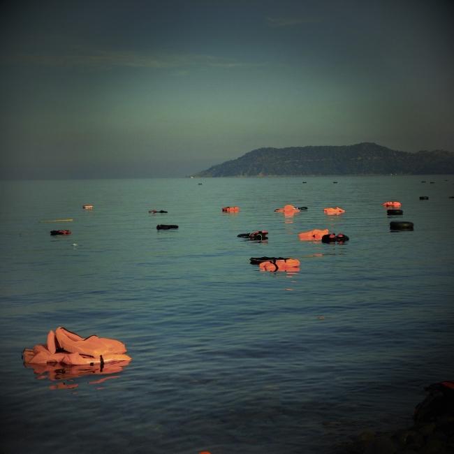 SERGI CÁMARA. Chalecos desechados por migrantes. Playa de Skala Sikamineas, Lesbos, Grecia 2015 — Cortesía de DKV Seguros
