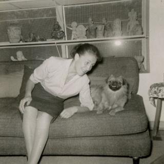 Olga Tamayo con su perro Tili?n en su casa, ca. 1955 — Cortesía del Museo Tamayo