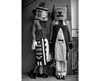 Sophie Tauber-Arp and her sister 1916 dressed in costumes that Tauber-Arp  designed for an interpretive dance to a poem by Hugo Ball (pietmondriaan.com) — Cortesía de Centro Internacional de Cultura Contemporánea (CICC) - Tabakalera Donostia