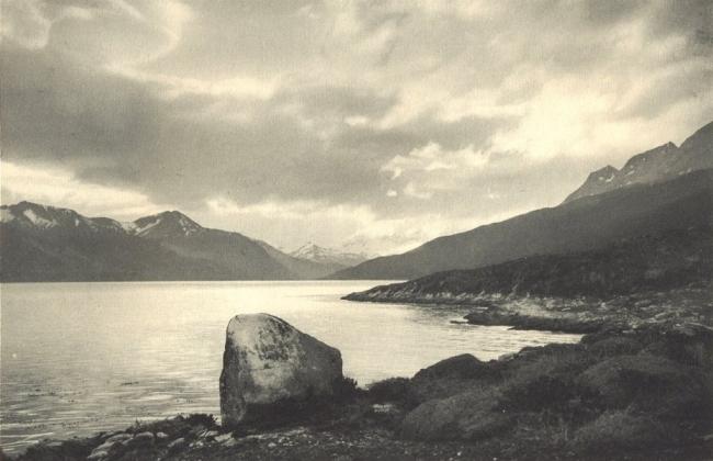 Bahía Yendegaia en 1932 . Isla grande de Tierra del Fuego. Foto de Robert Gerstmann — Cortesía del Centro de Arte Espronceda