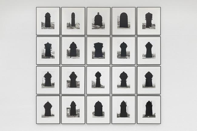 Marlon de Azambuja, Water Towers, 2016, rotulador permanente sobre publicación de Bernd y Hilla Becher — Cortesía del artista