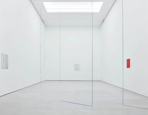 Vista Lucio Fontana / Fred Sandback. Galería Cayón, Madrid. 2017 Foto © Joaquín Cortés y Román Lores