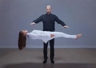 Juan Manuel Rodríguez. El prestidigitador. Óleo sobre lino. 176,5x246 cm. — Cortesía de Espacio Olvera