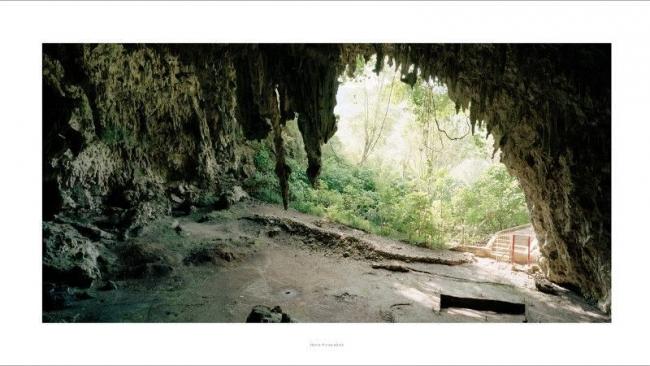 BLEDA Y ROSA, Homo Floresiensis. Liang Bua, 2007. De la serie Origen, 2004-2008. Inyección de tinta sobre papel de algodón, montada sobre Dibond, 124 x 222 cm. Ed. 5 + 1 AP — Cortesía del Centro Botín