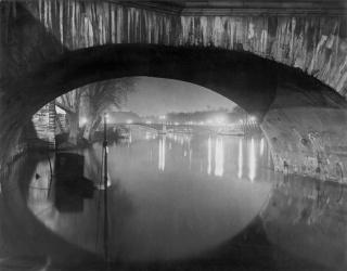 rassaï  Vista desde el Pont Royal hacia el Pont Solférino, c. 1933  Estate Brassaï Succession, Paris  © Estate Brassaï Succession, Paris. Cortesía de la Fundación MAPFRE