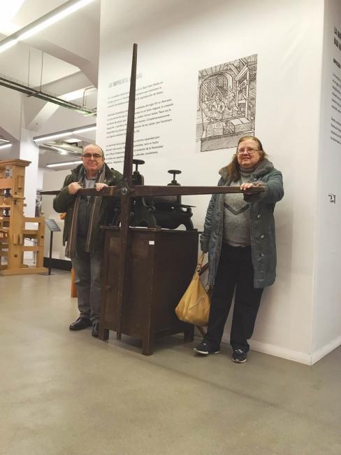 1.Javier García del Olmo y Esther Vilas Toledo en una fotografía reciente, posando junto a una de sus piezas, el tórculo Lefranc para estampas celulotípicas, de 1900,  depositado en la sala de máquinas del IMAL (Imprenta Municipal-Artes del Libro)