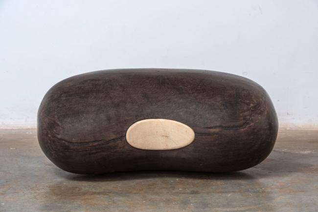 """José Bento, """"Feijão Preto"""", from the series """"Todos os Olhos"""", braúna wood, 35 x 82 x 45 cm. Imagen cortesía Galeria Millan"""
