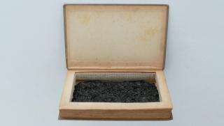 Juan Antonio Cerezuela. Cenizas. Técnica: Libro con sus propias cenizas. Medidas: Inferiores a 25 cm. — Cortesía de 13 ESPACIOarte