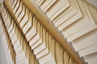 Juan Antonio Cerezuela. Big Silent Data. Técnica: 8 láminas de madera y 4000 páginas en cascada. Medidas: 120 x 500 cm. — Cortesía de 13 ESPACIOarte
