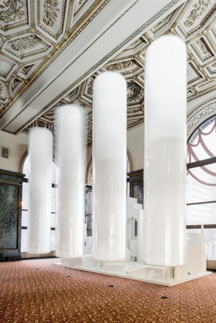 MAIO Architects, Columnas flotantes de 5 metros, 2015. Cinco estructuras neumáticas de helio con altavoces, 5 m altura x 1,1 m diámetro cada una. Cortesía MAIO, Barcelona © MAIO Architect — Cortesía del Museo Guggenheim Bilbao