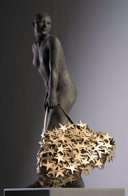 Aurora Cañero, COLECCIONISTA DE ESTRELLAS II. Ed. 6. 2017. Bronce. 166,5 x 40 x 35 cm. — Cortesía de la Galería Kreisler