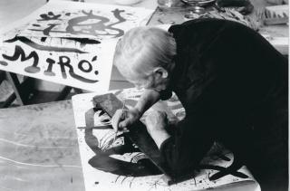 Joan Miró preparando un cartel, 1972 © Clovis Prévost — Cortesía de la Fundació Joan Miró