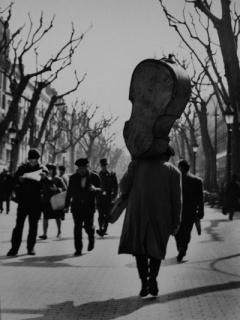 © Eugeni Forcano. Camino del Liceo, 1964. Gelatina de plata – Cortesía de Blanca Berlín Galería