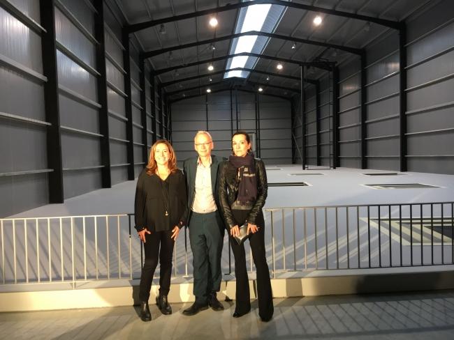 Ana Vallés, James Lingwood y Cristina Iglesias (de izquierda a derecha), delante de la instalación de Juan Muñoz