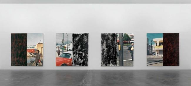 In the Street (Greyhound), 1989. Untitled (In the Street I), 1988. In the Street (George), 1989. One Way Street, 1988. Installation view at Kunsthalle Zürich, 2008.  Cortesía de Parra & Romero