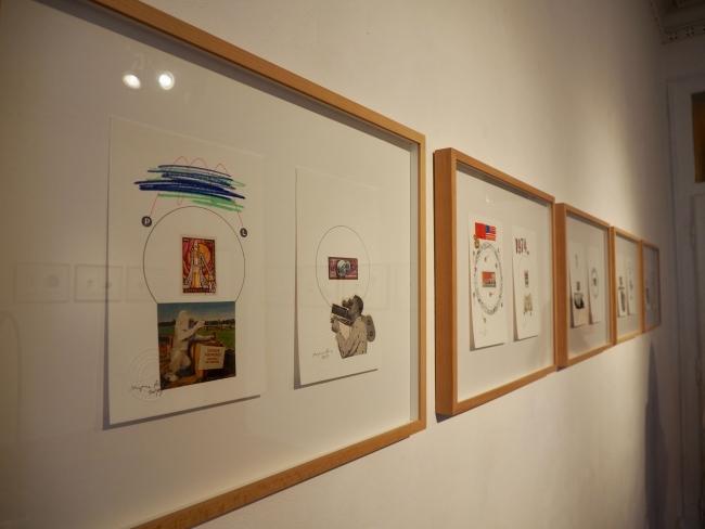 """Vista parcial de la exposición - obras de la série """"Colección de Sellos"""""""