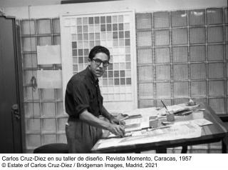 Carlos Cruz-Díez en su taller de diseño. Revista Momento, Caracas, 1957 © Estate of Carlos Cruz-Diez / Bridgeman Images, Madrid, 2021 — Cortesía del MNCARS