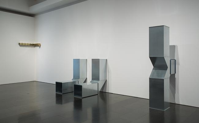 """Charlotte Posenenske, Square Tubes: Series D (1967/2010) a l'exposició """"Sota la superficie"""", Museu d'Art Contemporani de Barcelona, 2017. Foto: La Fotogràfica — Cortesía del MACBA"""