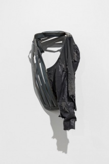 Ana Santos, Sem título, 2018. objecto encontrado (ferro lacado) casaco encontrado (napa, cetim). 95 x 48 x 33 cm. Fotografia de Bruno Lopes. Cortesia da Fundação EDP.