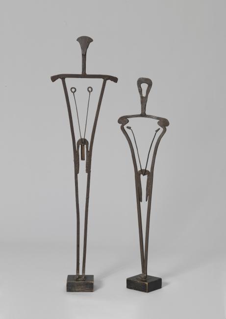 Takis, Oedipus and Antigone, Ferro, 1953, 119 cm. Colección particular, Londres — Cortesía del MACBA
