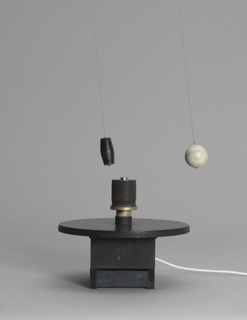 Takis, Magnetic Ballet, 1961. Acer, electroiman, fusta, suro i cable, 33 cm. Col·lecció particular, Londres — Cortesía del MACBA