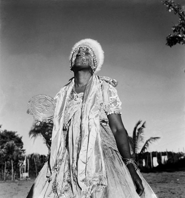 Pierre Verger, Candomblé Joãzinho Da Gomea, Salvador, Brasil [1946], 30 x 40 cm — Cortesía de la Galeria Marcelo Guarnieri