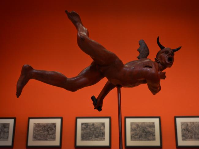 El Diablo, tal vez. Montaje de la exposición — Cortesía del Museo de Bellas Artes de Asturias