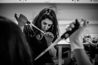 Una investigadora prepara unas muestras en el laboratorio del servicio de oncología del Hospital Ramón y Cajal de Madrid, España, diciembre 2017. (Manu Brabo/MeMo)