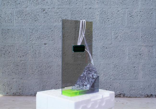 Anais Borie, L'épopée de Prométhée Object #03, 30 x 42 x 15cm, Reloj digital en pedestal de epoxi, 2019 — Cortesía de la Galería Seismasuno