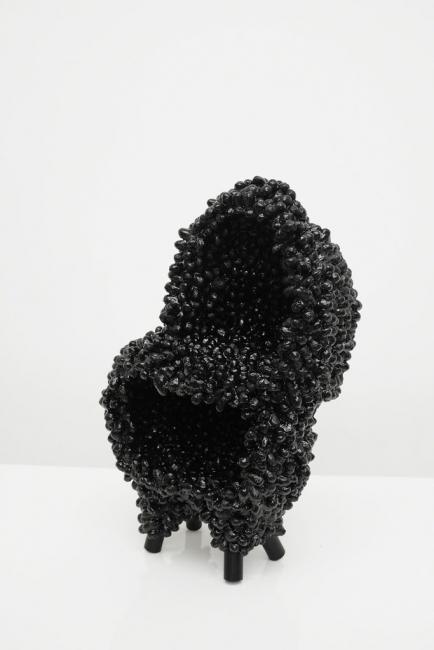Marlène Huissoud, Cocoon Cabinet #2, Capullos de gusanos de seda y resina bio de abeja, 72 x 40 x 60, 2017 — Cortesía de la Galería Seismasuno