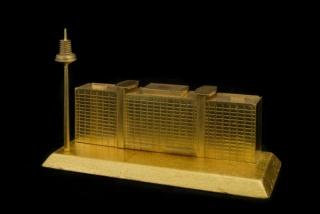 Carlos Garaicoa, Saving The Safe (Bundesbank), 2013. Instalación. Escultura en oro de 21 K, 10 x 16,5 x 6,5 cm. Caja de seguridad, plataforma giratoria, luz led, madera. Dimensiones variables