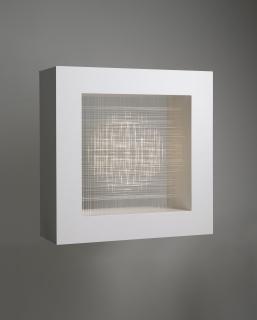 Pablo Armesto, Lenticular aérea, 2018, DMF lacado, fibra óptica y fuente de alimentación led, 60 x 60 x 20 cm. – Cortesía de Marlborough Barcelona