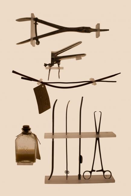 Laia Abril, Kit de instrumentos ilegal © Cortesía Laia Abril / Les Filles du Calvaire