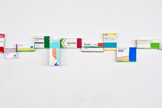 Beatriz Olano, Drogas en Transformacion, 2019. Acrílico sobre cajas de medicamentos. Medidas variables — Cortesía de la galería Rafael Pérez Hernando