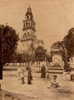 Copy Léon & Lévy. Mezquita, patio y torre. Hacia 1855-1888 — Cortesía del del Centro Andaluz de la Fotografía